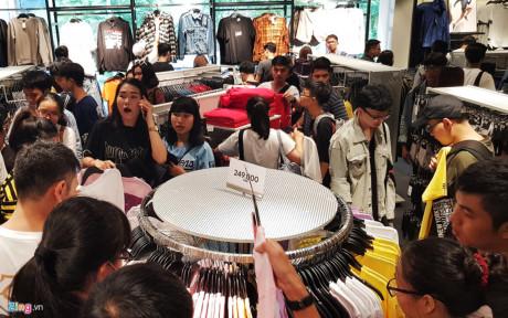 Tập trung đông nhất là khu vực thời trang nam nữ.