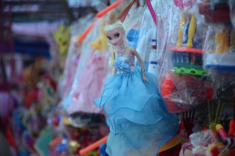Những loại lồng đèn phát nhạc với hình ảnh của các nhân vật hoạt hình được nhiều trẻ em thích thú, giá bán từ 90.000- 135.000 đồng/tùy loại.