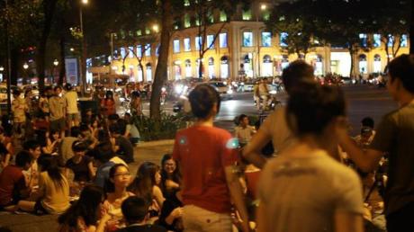 Các bạn trẻ tập trung ăn uống và hát ca trong đêm