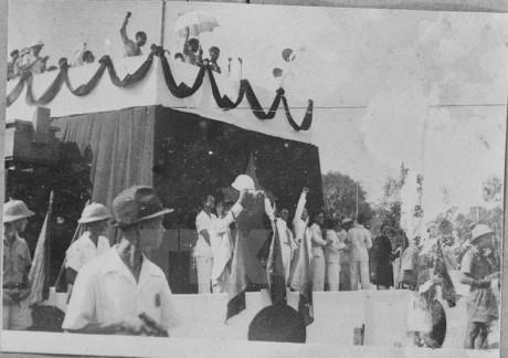 Các đại biểu và nhân dân có mặt tại quảng trường Ba Đình hân hoan khi Chủ tịch Hồ Chí Minh đọc bản Tuyên ngôn độc lập. Ảnh tư liệu.