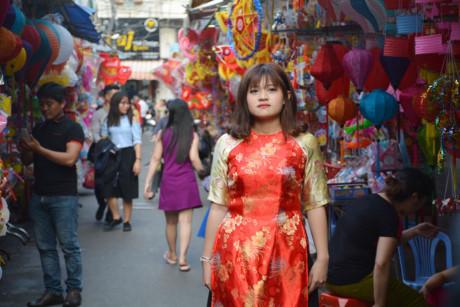 Phố lồng đèn Lương Nhữ Học luôn là điểm chụp hình lý tưởng của nhiều cô gái trong mỗi dịp Trung thu.