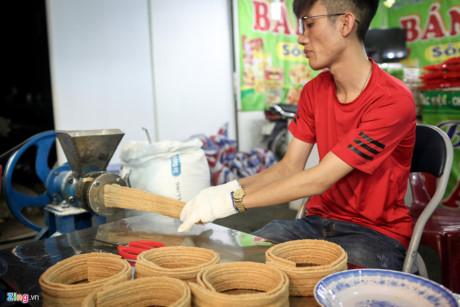 Một số gian hàng chế biến đặc sản ngay tại chỗ để bán cho khách. Trong ảnh, bánh ngũ cốc có nguồn gốc từ tỉnh Hậu Giang được làm ngay tại chỗ, với thành phần là bột ngũ cốc, sữa bột, đường. Một gói bánh có giá 20.000 đồng.