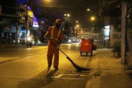Hình ảnh người lao công đang chăm chỉ với công việc của mình
