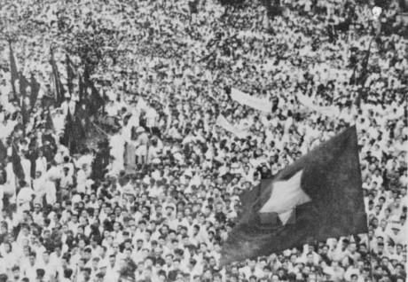 Hàng triệu đồng bào đem theo cờ đỏ sao vàng có mặt tại Quảng trường Ba Đình, Hà Nội để chứng kiến thời khắc lịch sử của dân tộc Việt Nam ngày 2/9/1945. Ảnh tư liệu.
