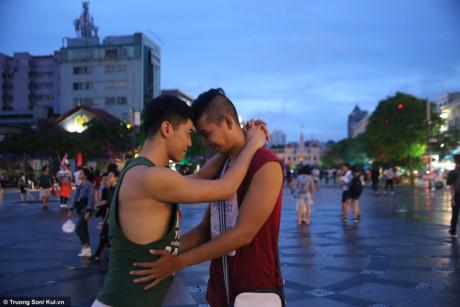 Trương Thành Nhân - Lương Hữu Cảnh yêu nhau đã được 3 năm, và đây là lần đầu tiên cặp đôi này tham gia ngày hội Viet Pride cùng với nhau. Tại đây, họ được gặp những người quen và không ngại ngần thể hiện những cử chỉ triều mến.