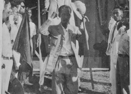 Chủ tịch Hồ Chí Minh bước xuống lễ đài lễ độc lập sau khi đọc xong bản Tuyên ngôn độc lập. Ảnh: Tư liệu TTXVN.