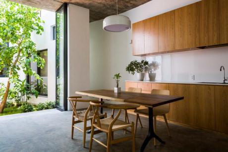 Khu vực nấu nướng và bàn ăn.