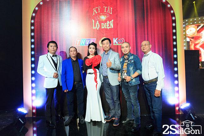 Cac giam khao cua chuong trinh va dai dien Nha tai tro Dr Thanh - Hop bao Ky Tai Lo Dien - Photo The Danh (1)