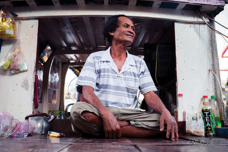 """SHARE PIN   camhung_sg2-768x512 Trần Thành (75 tuổi – Cựu huấn luyện bơi lội) Hơn 70 năm sống cùng gia đình mình trong căn nhà được Pháp xây từ thế kỉ trước, mà ông khoe """"chưa từng sửa một lần"""" đến lúc hẻm 53 Nguyễn Huệ sắp bị giải tỏa. Ông hiểu muốn phát triển thì phải đánh mất những gì đã cũ, """"chấp nhận nhưng vẫn buồn"""". camhung_sg7-768x512 Đặng Ngọc Côn (80 tuổi – Chủ quán cà phê Vợt) Hỏi ông mở Vợt từ năm nào, ông ngẫm nghĩ một lát rồi lắc đầu không nhớ. Chỉ biết có gia đình cả ba thế hệ đều là khách quen nhà ông. Dù thời gian làm ông quên nhiều thứ, duy cách pha cà phê đúng vị gia truyền là không lẫn đi đâu được. camhung_sg1-768x512 Nguyễn Văn Chúc (60 tuổi – Chở hàng, đánh cá) Mấy chục năm neo thuyền làm nhà ở bờ sông Sài Gòn gần cầu Bình Lợi, cũng là chừng ấy thời gian chú Ba Chúc cứu người tự tử hay vớt xác chết trôi. Có một lần chú về quê thăm người thân đúng hôm có người nhảy cầu nhưng không ai cứu kịp, chú cứ day dứt mãi. Vợ chú kể lại: """"Ông ấy cứ buồn, đổ bệnh mấy hôm."""""""