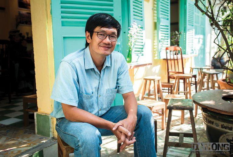"""Cương Trần (43 tuổi – IT) Anh không nhận mình là nhiếp ảnh gia, chỉ gọi mình là người thích chụp ảnh """"Tôi bắt đầu chụp vợ, chụp con rồi chụp nơi mình sống"""". Kể cả khi, nhiều bộ ảnh của anh như """"Sài Gòn nhìn từ bên kia sông"""" truyền cảm hứng được cho rất nhiều người. Hai mươi lăm năm sống ở thành phố này cũng từng dọc ngang nhiều nơi trên thế giới, trong mắt anh """"Sài Gòn không đẹp nhưng dễ thương, dễ thương từ cách con người đối xử với nhau."""""""