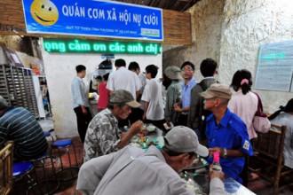 Chỉ với 2.000 đồng, nhiều cảnh đời khó khăn ở Sài Gòn có được bữa ăn ngon hơn tại quán cơm Nụ Cười (TP.HCM) - Ảnh tư liệu