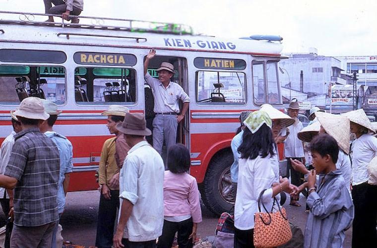 Một xe đò chạy tuyến Rạch Giá - Hà Tiên đang đỗ ở bến để đón khách. Ảnh VT