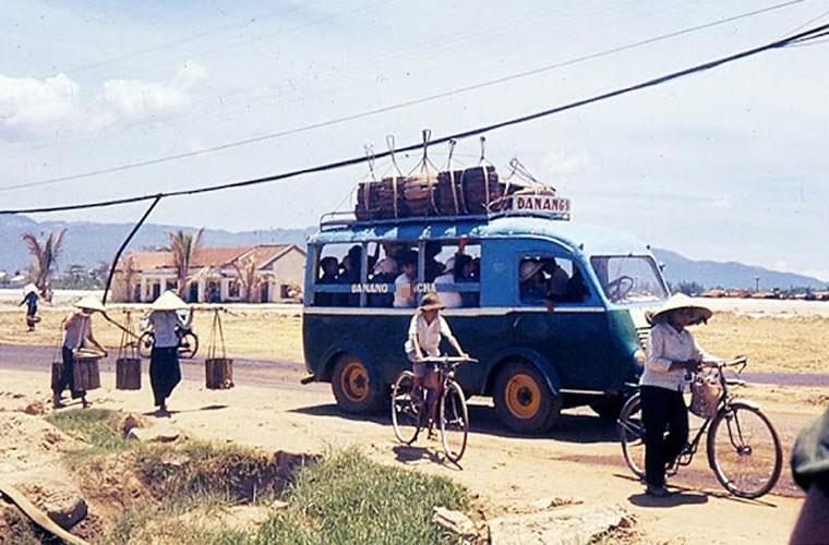 Một xe chở khách bon bon trên con đường tỉnh lộ ở miền nam Việt Nam. Ảnh VT