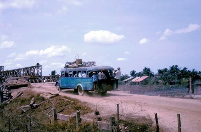 Một xe khách chạy trên con đường đất. Ảnh VT