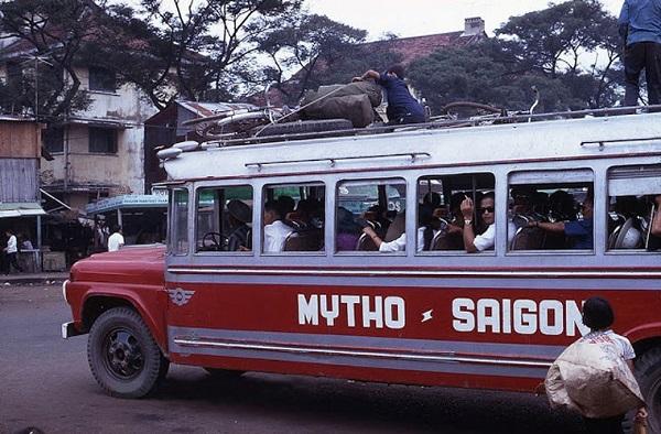 Các phương tiện giao thông ở Việt Nam hồi những năm 1960 rất đa dạng với các loại xe đò, xe lam. Trong ảnh, một xe đò chở khách tuyến Mỹ Tho - Sài Gòn. Ảnh VT