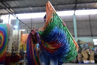 Cách trung tâm thành phố Hồ Chí Minh khoảng 25 km, dọc Quốc lộ 22, xã Tân Thông Hội, huyện Củ Chi vẫn còn hiếm hoi số ít hộ làm nghề làm mành trúc truyền thống này.