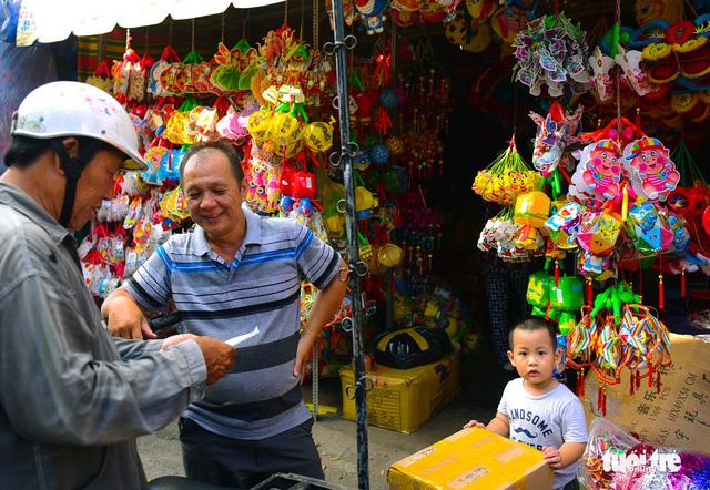 Ông Lương Đình Tú làm nghề lồng đèn từ trước năm 1975 tất bật giao hàng cho những thương lái khi cận ngày Trung thu - Ảnh: HỮU THUẬN