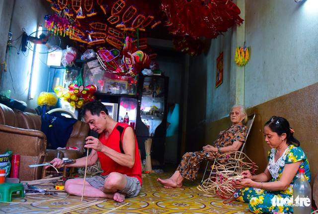 Gia đình của ông Thắng (quê Nam Định) có tới 3 thế hệ gìn giữ và duy trì nghề làm lồng đèn thủ công - Ảnh: HỮU THUẬN