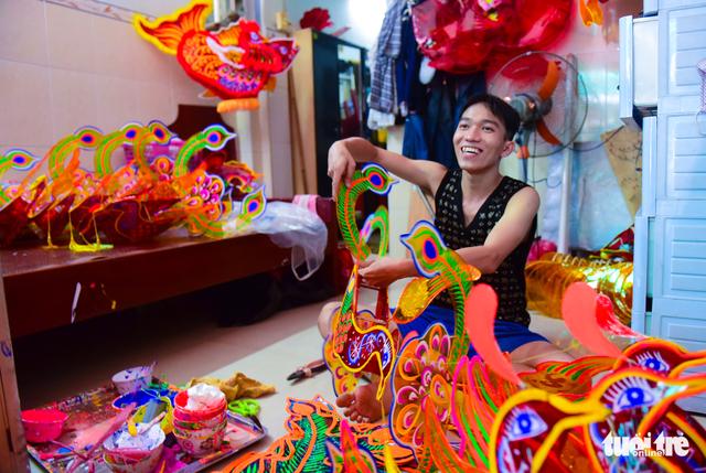 Công việc làm lồng đèn được truyền lại cho con cháu trong nhà tại khu xóm Phú Bình gìn giữ và phát triển - Ảnh: HỮU THUẬN