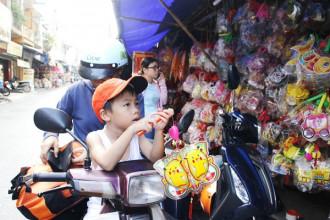 """Các cửa hàng lồng đèn tại """"làng"""" lồng đèn Phú Bình (Q.11, TP.HCM) trưng bán khá nhiều - Ảnh: NGUYỄN TRÍ"""