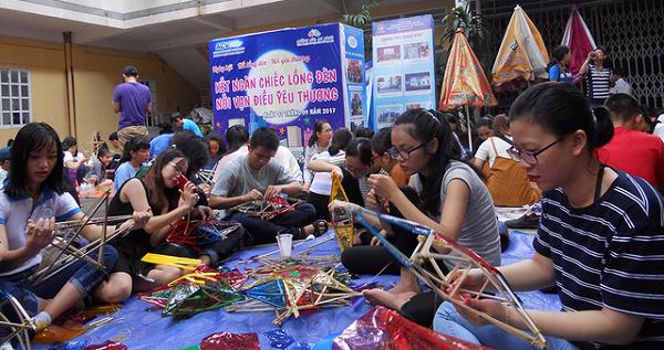 Chương trình làm lồng đèn tặng trẻ em khó khăn vui Trung Thu do nhóm tình nguyện Những ước mơ xanh và Đội công tác xã hội TP.HCM tổ chức - Ảnh: K.ANH