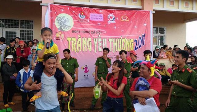 """Hội thiện nguyện Trái tim yêu thương (TP.HCM) lại về tận xã Quảng Tâm, huyện Tuy Đức, Đắk Nông để làm chương trình """"Trăng yêu thương 2017"""" cho các em nhỏ vùng sâu vùng xa - Ảnh: C.K"""