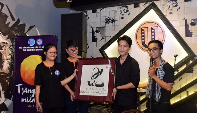 Trong lúc đó, CLB Người dẫn chương trình Nhà văn hóa sinh viên TP.HCM tổ chức đêm ca nhạc và đấu giá thư pháp để gây quỹ chăm lo cho trẻ em xã Mã Đà, huyện Vĩnh Cửu, Đồng Nai - Ảnh: C.K