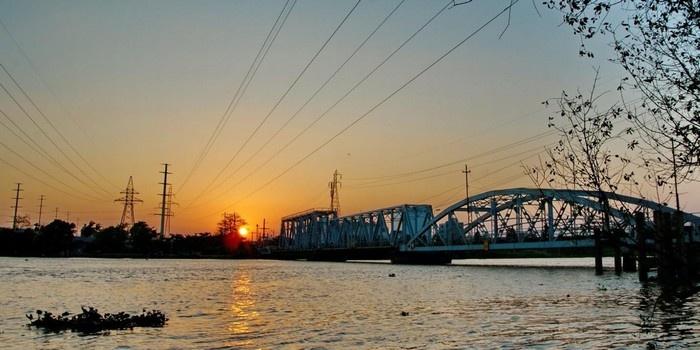 Bóng dáng cầu Bình Lợi cũ bên dòng sông - Ảnh: Nguyễn VI