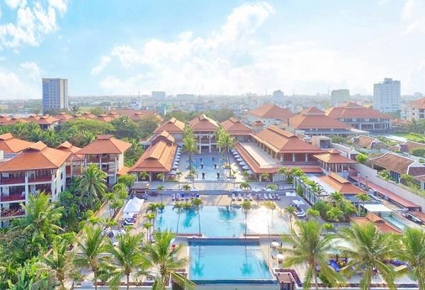 Trung tâm hội nghị và triển lãm quốc tế nằm ở phía nam khu resort 5 sao đầu tiên của Đà Nẵng, cách biển chỉ 400 m. Trong đó khu resort có 198 phòng, được thiết kế theo phong cách đặc trưng văn hóa các dân tộc Việt Nam, đặc biệt là nét kiến trúc Chămpa, hòa trộn nét kiến trúc Pháp.