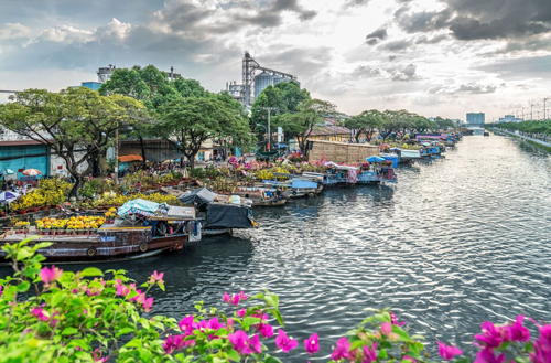 Bến Bình Đông gây ấn tượng bởi hình ảnh trên bến dưới thuyền nhộn nhịp, nhất là mỗi khi Tết đến.