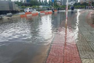 Chiều tối 21/10 cơn mưa bất chợt với lưu lượng không lớn vẫn khiến nhiều tuyến đường ở trung tâm TPHCM ngập úng.