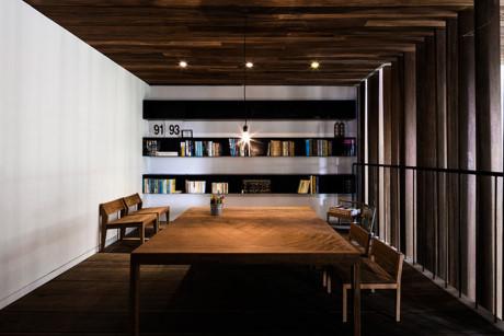 Một phòng làm việc vừa có thể kiêm luôn cả bàn họp hành cùng đối tác. Chủ nhà đã đặt một giá sách để đặt các tài liệu cần thiết.