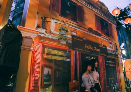 Chợ Hội An cũng được dựng lên với màu vàng đặc trưng của một khu ẩm thực nổi tiếng nhất phố cổ. Nhà hàng phố cổ cũng được dựng lên tỉ mỉ và tinh tế, mỗi bước chân du khách đi qua là một cửa hiệu đậm chất Hội An chào đón.