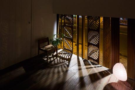 Bức tường gỗ với những hoạ tiết khác lạ, từ đây chủ nhà có thể ngắm nhìn quang cảnh bên ngoài.