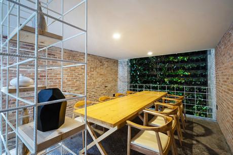 Phòng ăn được thiết kế trên tầng lửng, không gian vô cùng thích hợp và thoáng đãng để cả gia đình cùng nhau tận hưởng những bữa ăn ngon.