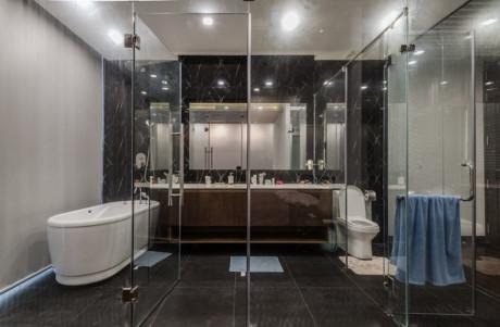 Phòng tắm trang bị nội thất hiện đại không kém khách sạn cao cấp.