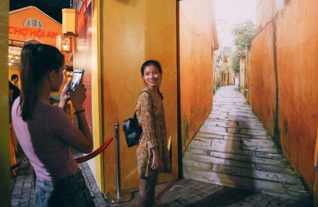 Nhiều cô gái check in phố cổ Hội An giữa Sài Gòn