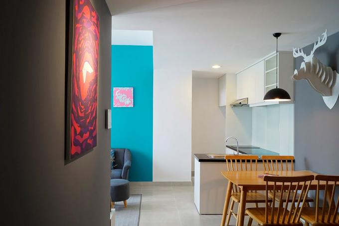 Mục đích của căn hộ là để cho thuê nên tông màu trắng, trung tính là chủ đạo, phù hợp với đa số mọi người. Thêm vào đó là mảng tường xanh ở phòng khách, mảng xám ở khu bàn ăn...