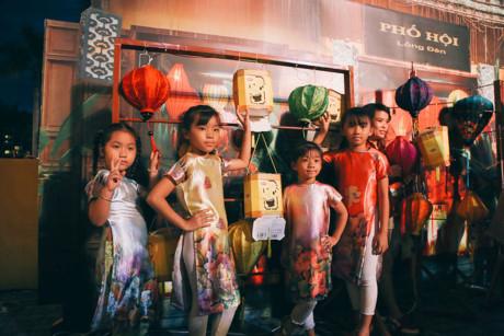 Các em nhỏ chụp ảnh tại phố hội lồng đèn được tái hiện như thật