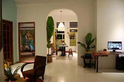 Nét tinh tế của toàn bộ căn hộ được hoàn thiện bởi những cây xanh trang trí trong từng góc nhà, đến khu vực ban công tràn ngập một màu xanh đầy sức sống.