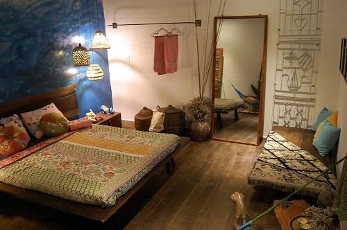 Tất cả những chi tiết trang trí cùng đồ vật trong phòng ngủ tạo nên một tông màu mát, dịu nhẹ, đưa lại cho du khách cảm giác tươi mát và thoải mái.
