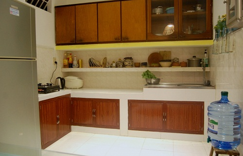 Bên cạnh đó là khu vực bếp trang bị đầy đủ trang thiết bị phục vụ cho nhu cầu nấu nướng của du khách. Sự hiện đại được tiết chế và giảm bớt nhờ những ngăn tủ đóng kín, màu gỗ tự nhiên.