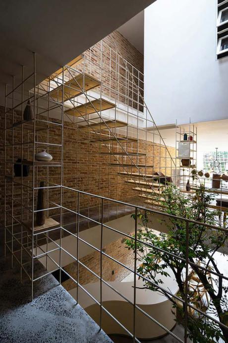 Một số bức tường, bức ngăn không cần thiết và cả cầu thang được phá đi và thay bằng khung thép trắng.