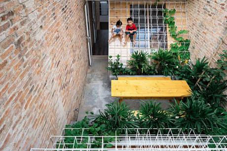 Căn nhà trở nên đáng sống hơn bao giờ hết vì tận dụng được những khoảng trống nhiều ánh sáng và thiết kế cây xanh khắp nhà.