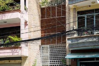 """Ngôi nhà """"lưới"""" thép trắng nổi bật giữa một khu phố nhỏ tại TP.HCM."""