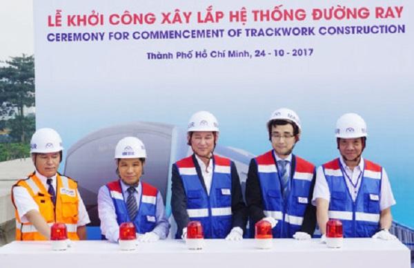 Lãnh đạo TP, Ban quản lý đường sắt đô thị và nhà thầu Nhật thực hiện lệnh khởi công xây lắp hệ thống đường ray cho tuyến metro Bến Thành – Suối Tiên