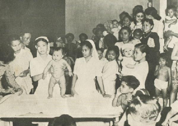 Một số em bé trong 300 em được các bà mẹ bồng tới dự thi