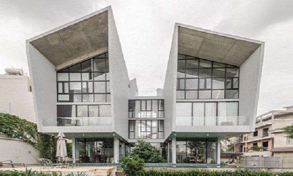 Nằm trong một khu ngoại ô, cách không xa trung tâm Sài Gòn, ngôi nhà song lập mang kiến trúc mới lạ, chưa từng có ở Việt Nam