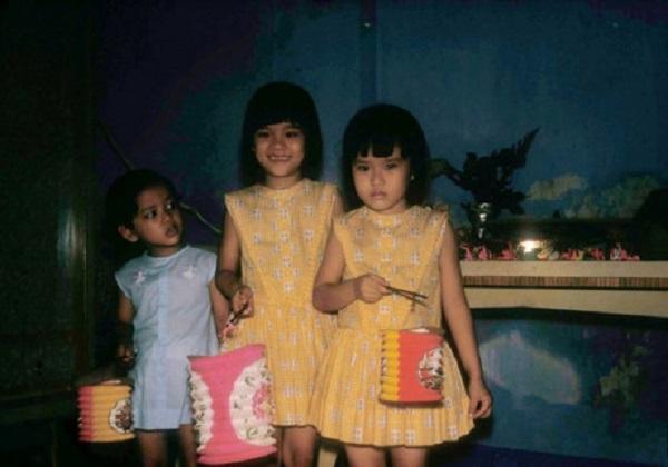 Các bé gái cầm đèn lồng giấy trong dịp Tết Trung thu ở Sài Gòn năm 1966. Ảnh: Douglas Ross.