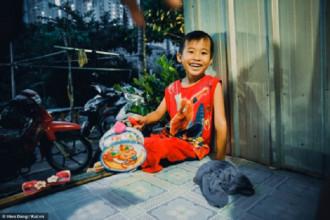 Em Kha - 5 tuổi, cầm lồng đèn đi khắp xóm để rủ rê.